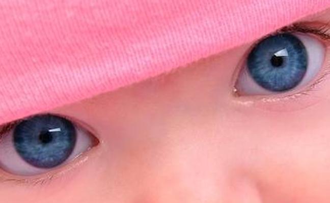 ¿Por qué algunos niños nacen con ojos azules que luego cambian de color?