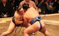 ¿Por qué los luchadores de sumo usan tan poca ropa durante los combates?