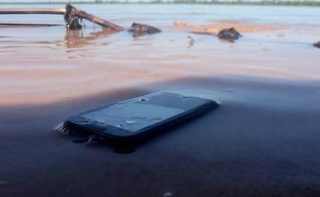 Qué hacer y qué no para salvar un móvil mojado