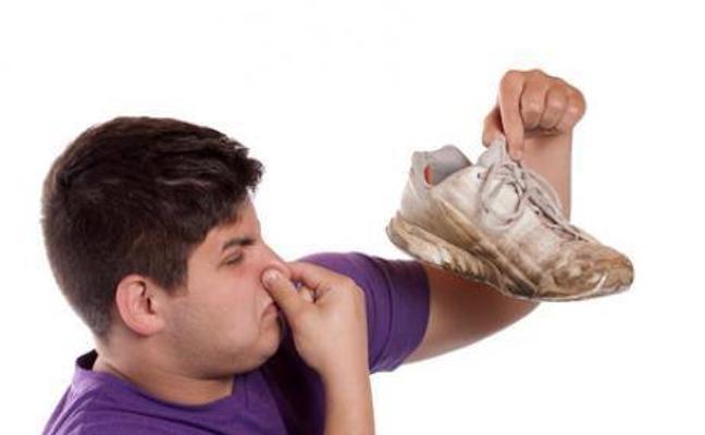 Trucos para eliminar el mal olor de las zapatillas