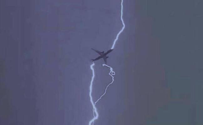 ¿Qué pasa cuando un rayo impacta un avión?