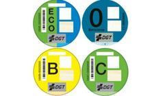 ¿Debo llevar la etiqueta medioambiental de la DGT?