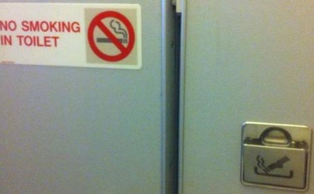 ¿Por qué sigue habiendo ceniceros en los baños de los aviones?