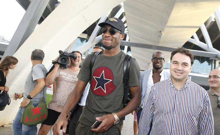 Fotos de la llegada de Kondogbia a Valencia
