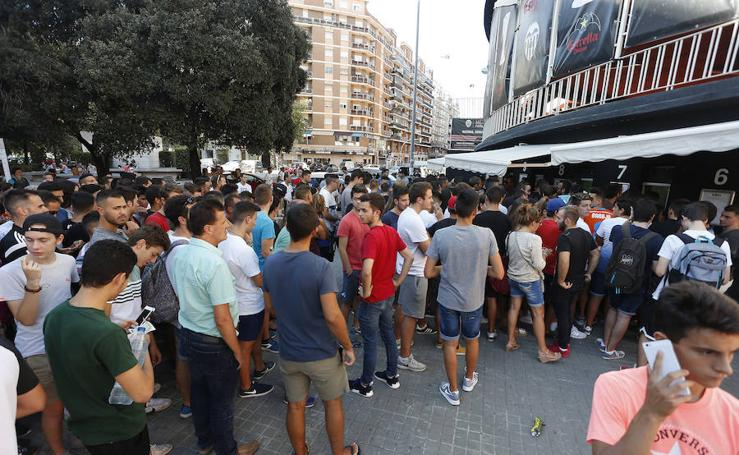 Fotos de la venta de entradas en Mestalla para el Derby contra el Levante UD