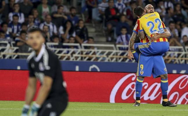 Un Valencia CF peleón gana en Anoeta
