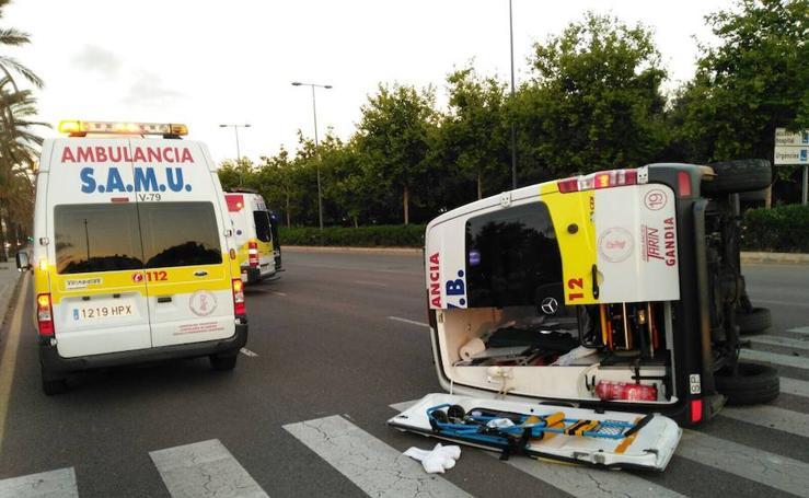 Fotos del vuelco de una ambulancia en el Bulevar Sur de Valencia