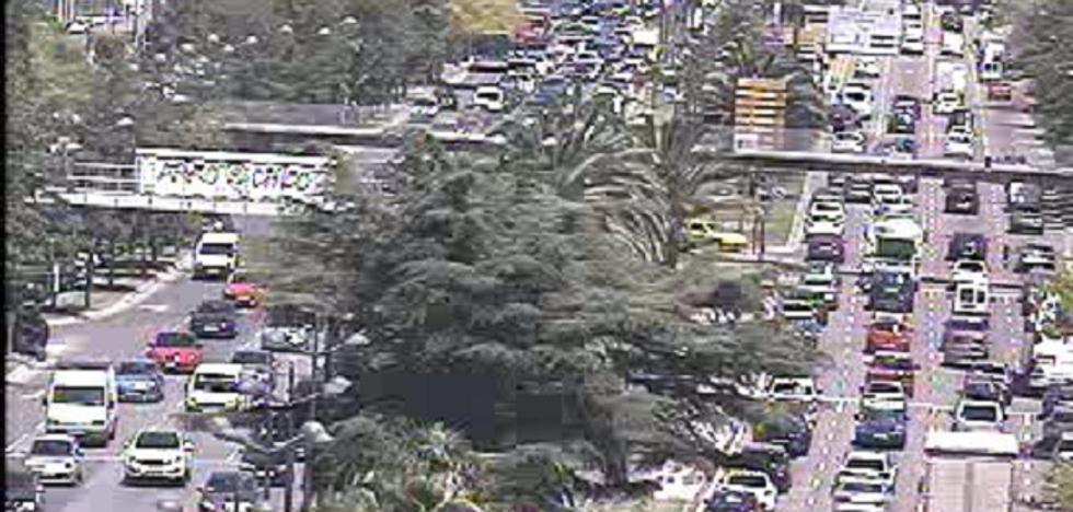 Un coche derriba una farola en la avenida del Cid de Valencia