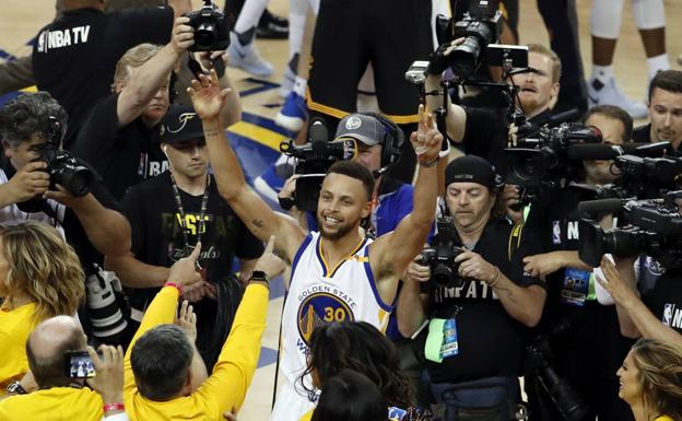 El base de los Warriors Stephen Curry