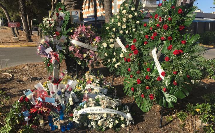 Fotos del improvisado homenaje al motorista arrollado en Cullera