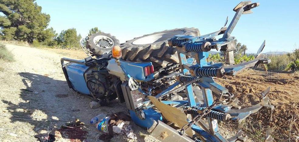 Un hombre de 81 años muere al volcar su tractor en Requena