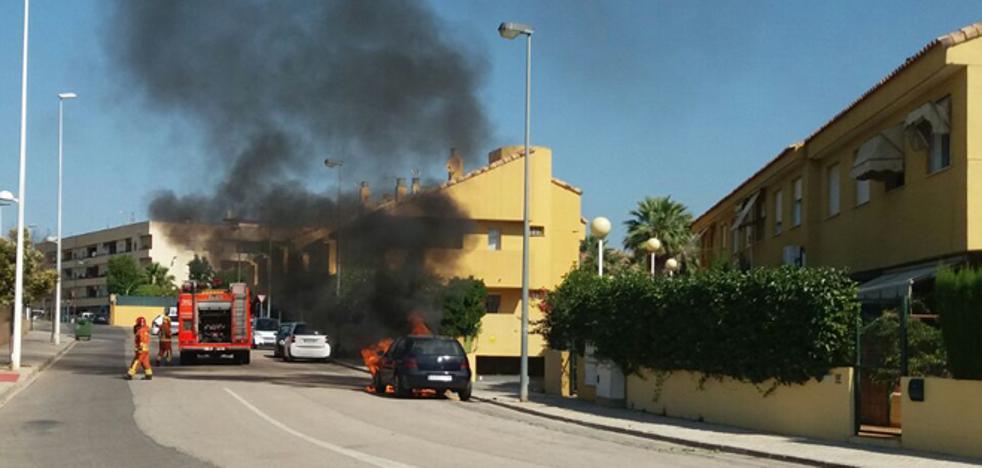 Arde un coche aparcado en una calle de San Antonio de Benagéber