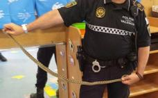 La Policía Local de Valencia rescata una culebra de un metro en el colegio infantil de Pinedo