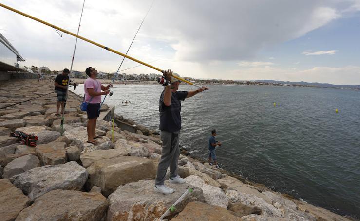 Fotos de pescadores en la escollera de la Malvarrosa