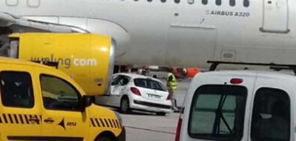 Un coche de handling choca con un avión en Alicante y deja en tierra a 153 viajeros