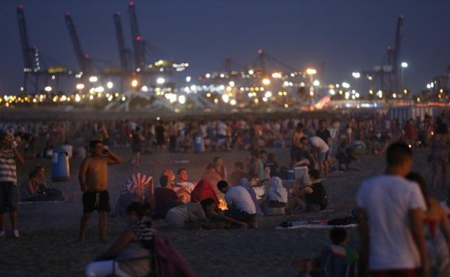 Playas a rebosar en la noche de San Juan de Valencia