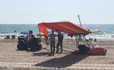 Aterrizaje de emergencia de un ultraligero con dos personas a bordo en una playa de Sagunto