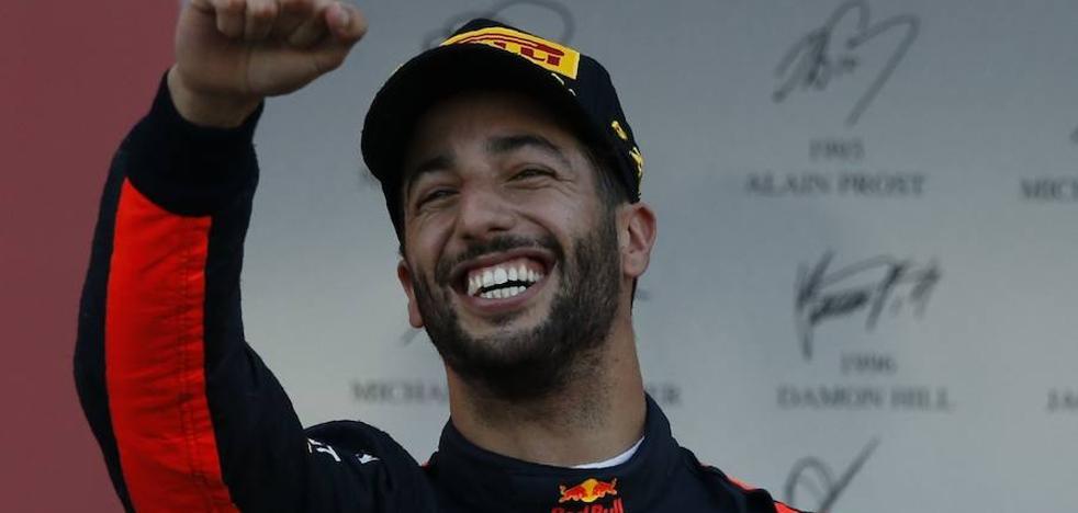 Ricciardo saca premio de las llamas entre Hamilton y Vettel