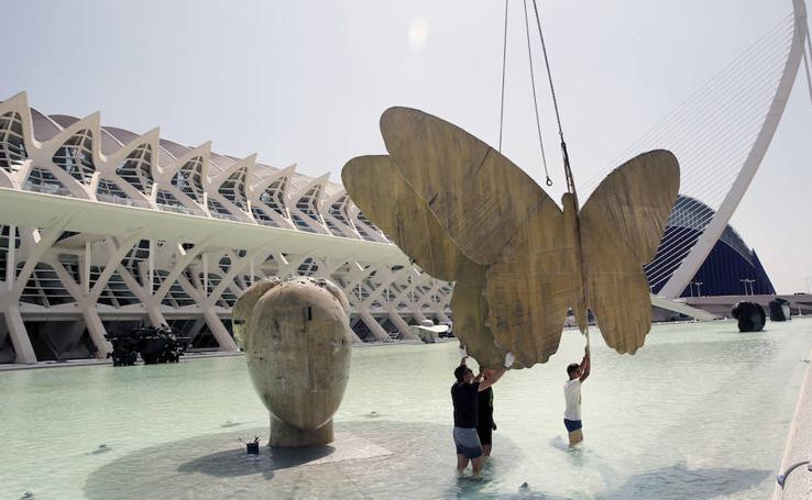 Fotos de la instalación de las esculturas de Manolo Valdés en la Ciutat de les Arts i les Ciències