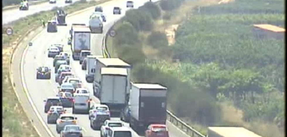 Dos accidentes, en Alberic y Alginet, dificultan el tráfico en la A-7