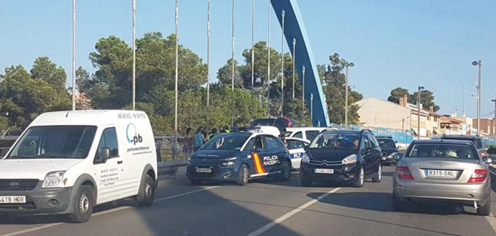 Cuatro policías evitan que una mujer se lance de un puente en Torrent