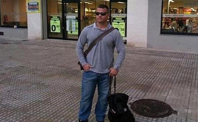 Dos taxistas de Valencia dejan en tierra a David Casinos porque su perra guía «suelta pelo»