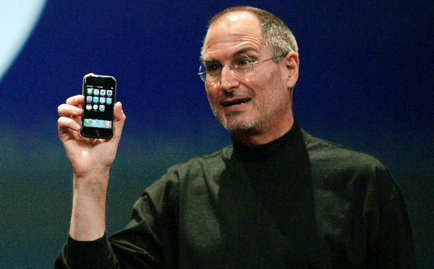Jobs muestra el primer iPhone. /Kimberly White (Reuters)