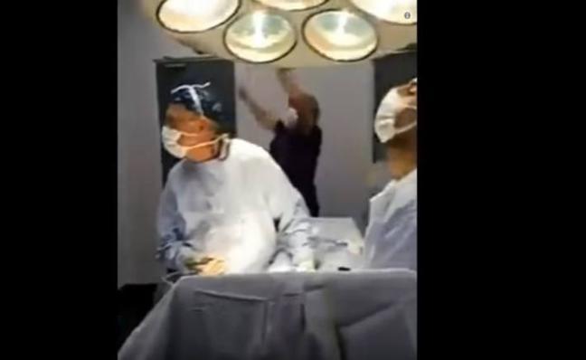 Dos cirujanos celebran los penaltis de Chile en medio de una operación