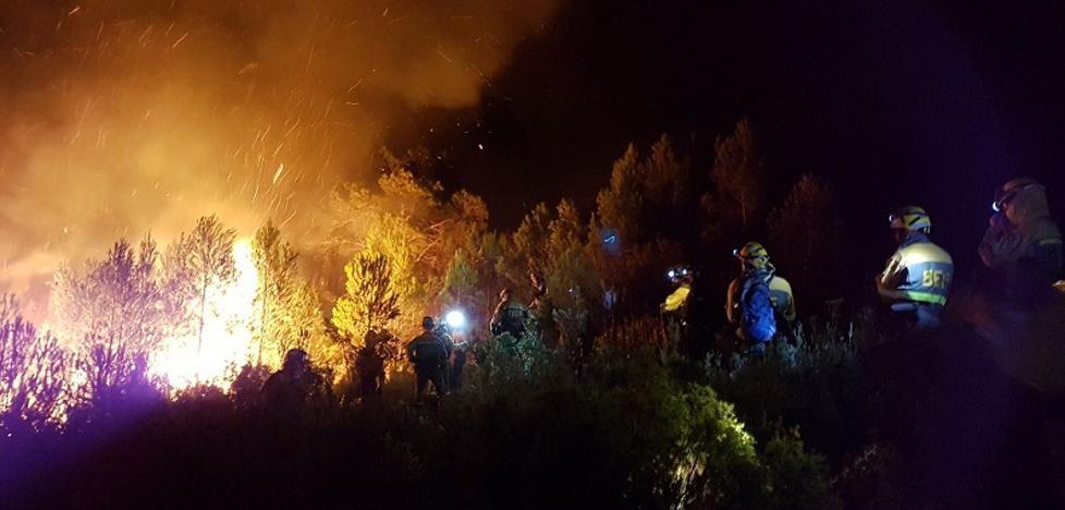 Rachas de viento superiores a 30 km/h dificultan los trabajos de extinción del incendio en la Calderona