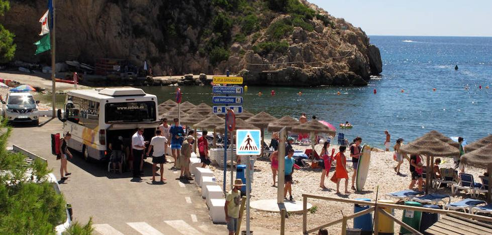 Las restricciones de acceso a la cala Granadella en Xàbia dividen a vecinos y empresarios