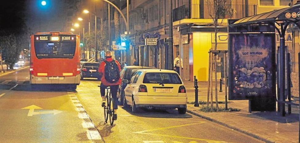 El 70% de encuestados por Avacu, en contra de la prohibición de aparcar en el carril bus por la noche en Valencia