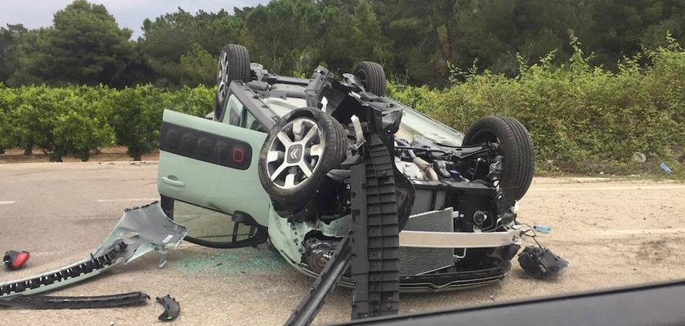 Aparatoso accidente entre dos vehículos en Godella