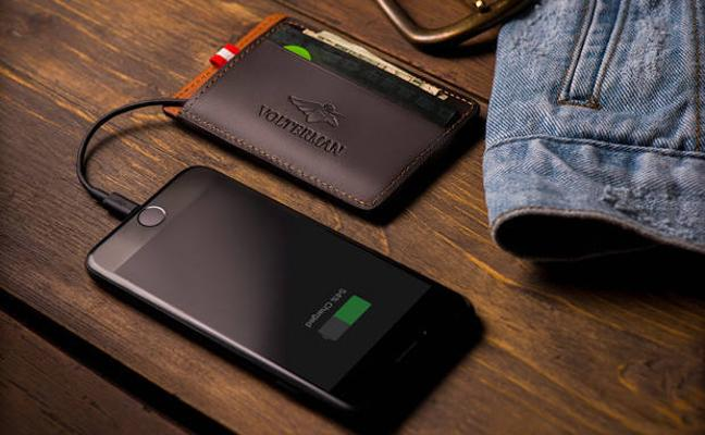 Crean una cartera inteligente que carga el móvil