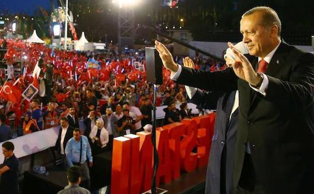 Un año después del golpe frustrado en Turquía, Erdogan promete «cortar la cabeza a los traidores»
