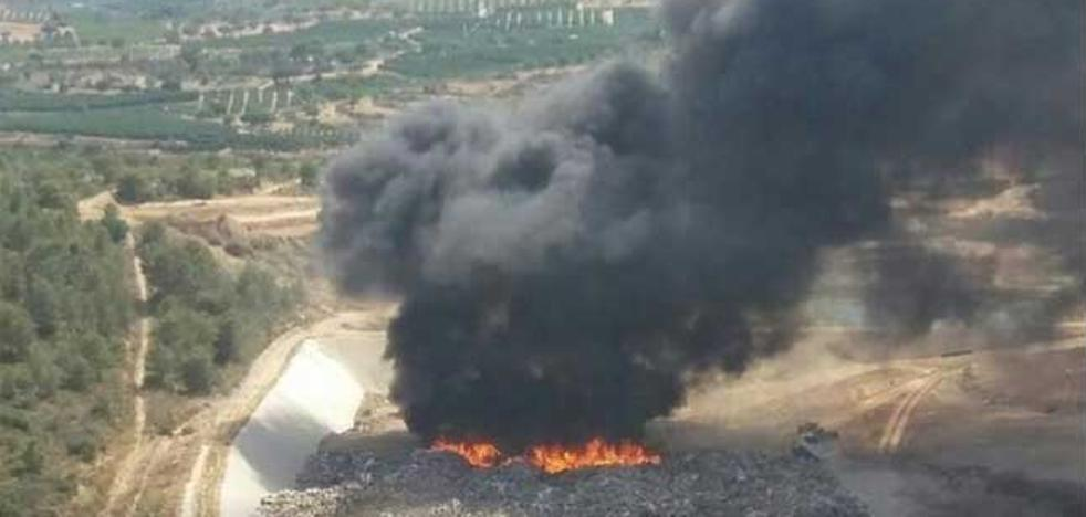 Extinguido el aparatoso incendio en el vertedero de Pedralba