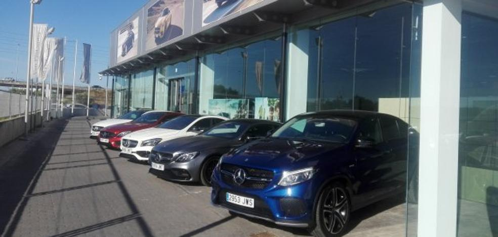 Caravana Mercedes AMG con clientes de la marca