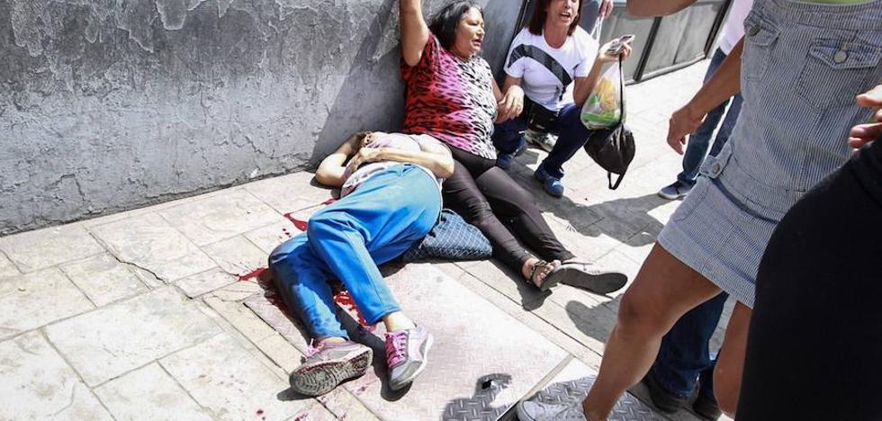 Una víctima mortal en un tiroteo contra votantes empaña el plebiscito contra Maduro