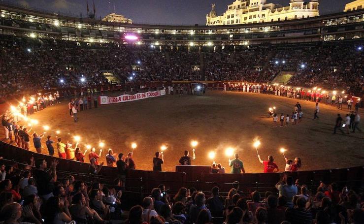 Fotos del acto reivindicativo del 'bou embolat' en la plaza de toros de Valencia
