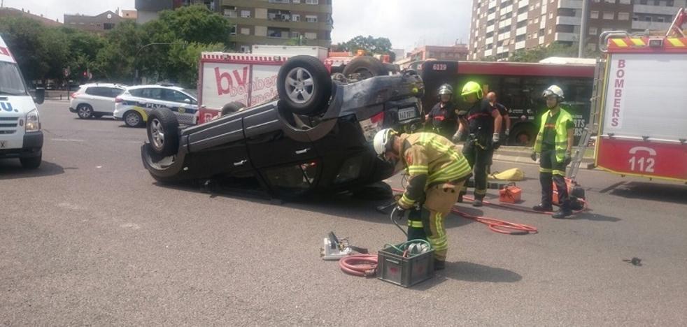 Una conductora, atrapada tras colisionar con un autobús de la EMT de Valencia