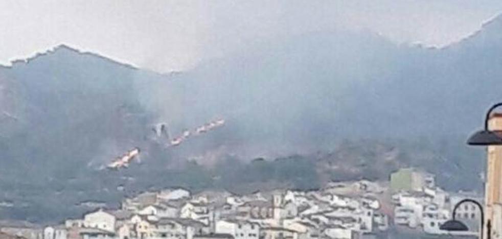 Declarado un incendio forestal junto al pueblo de Terrateig y otro fuego en la sierra de Mariola en Bocairent