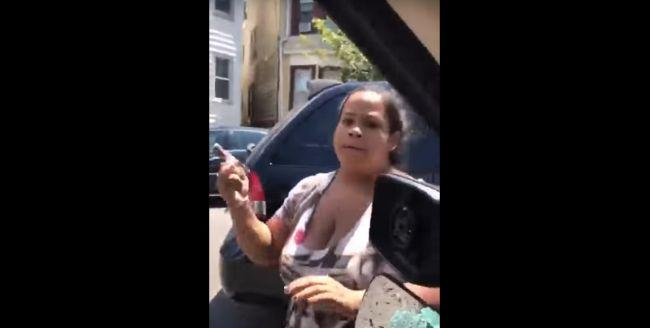Una mujer destroza a martillazos el coche de su marido con sus hijos dentro