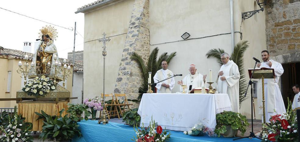 Antonio Cañizares preside una misa de campaña en Murla tras recibir a la imagen peregrina de la Virgen de los Desamparados
