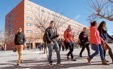 El exceso de titulaciones aboca a universitarios al paro o al extranjero