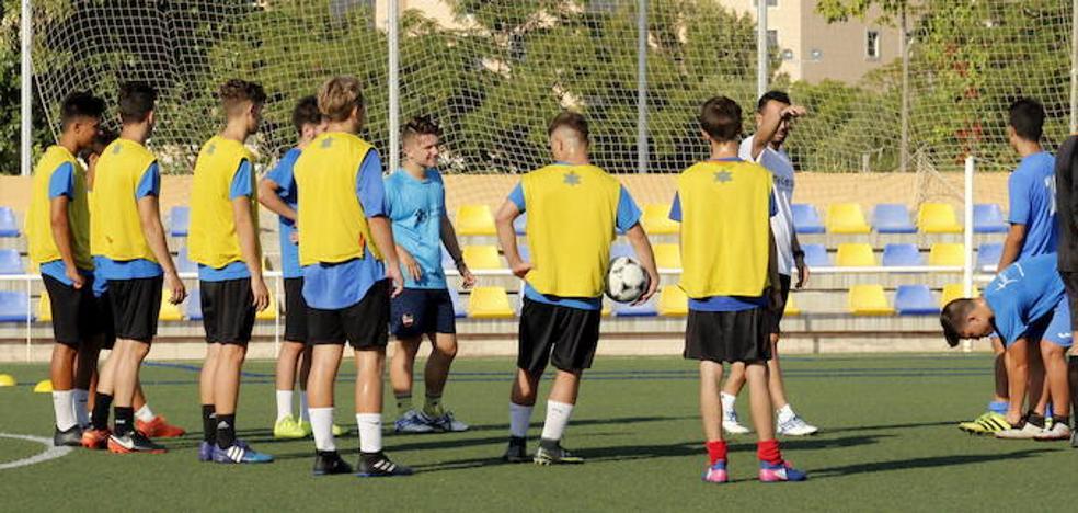 El Juvenil A del C.D. Dénia comienza sus entrenamientos en el Diego Mena Cuesta ante una amplia expectación