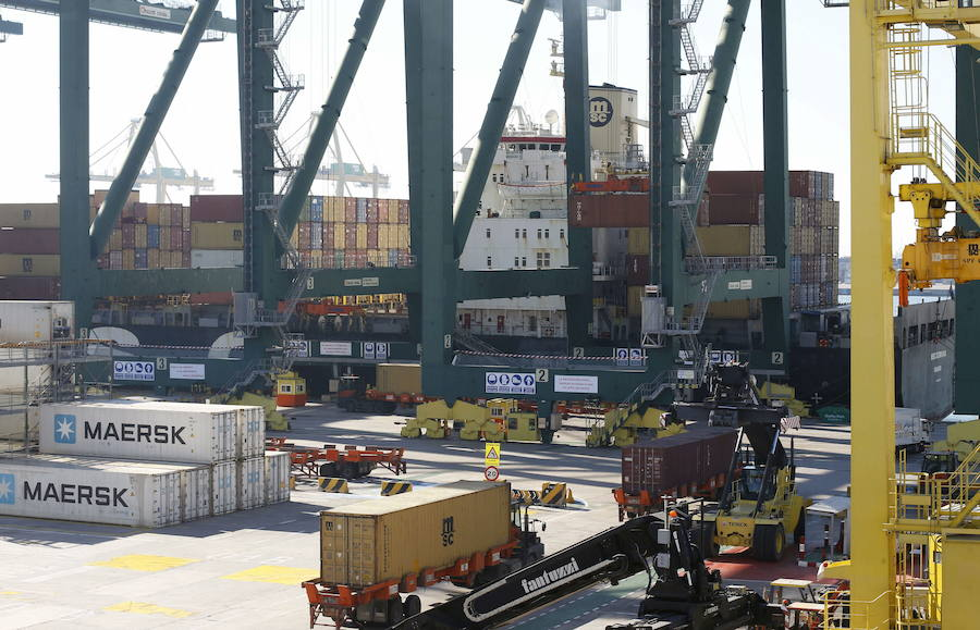 Las vacaciones de los estibadores bloquean la descarga de 18 barcos en el Puerto de Valencia