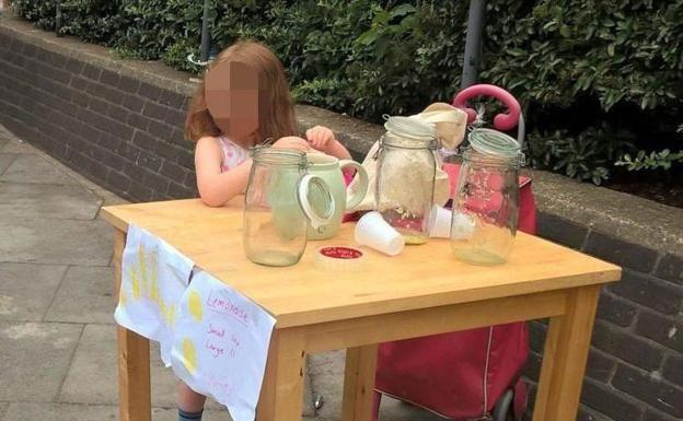 Multan a una niña de 5 años por montar un puesto de limonada en la calle