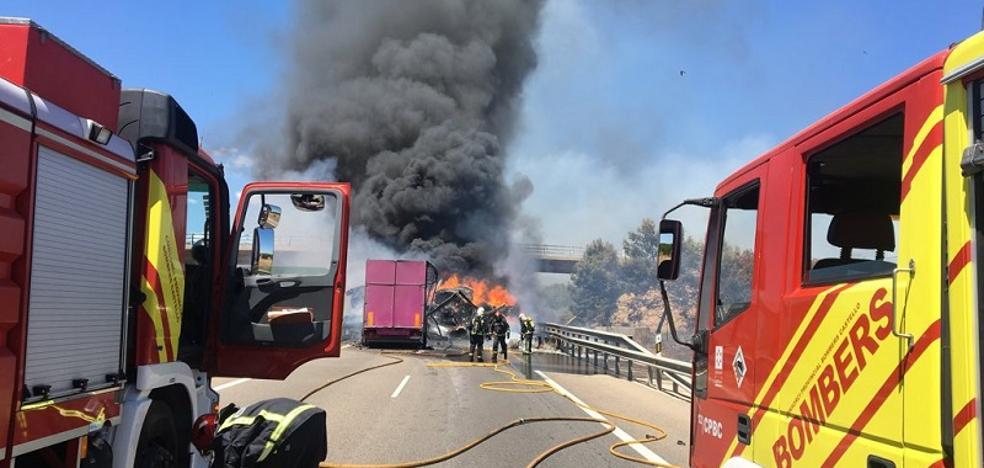 Un muerto y un herido en el incendio de dos camiones en la A-7 en Nules