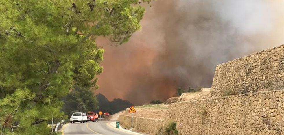 La falta de luz obliga a retirar los 13 medios aéreos movilizados contra el incendio de Guadalest