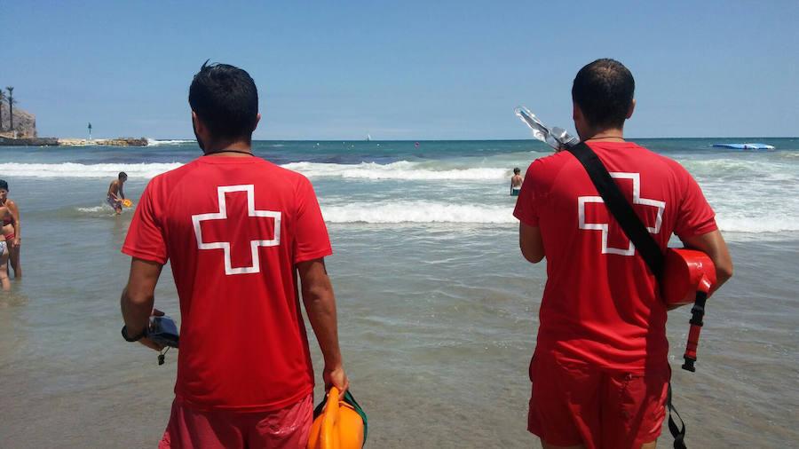 Cinco rescates y un bañista multado por desobedecer a los socorristas en el primer día de bandera roja en Xàbia