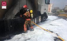 Dos camiones incendiados en Almassora al arder material de reciclaje